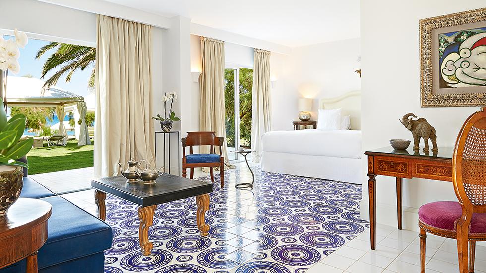 33-2-Bedroom-Beach-Villa,-Open-plan-living-area-and-master-bedroom-suite