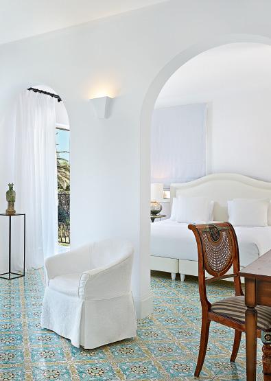 01-caramel-beach-resort-open-plan-bungalow-suite-with-private-outdoor-hydromassage-bathtub