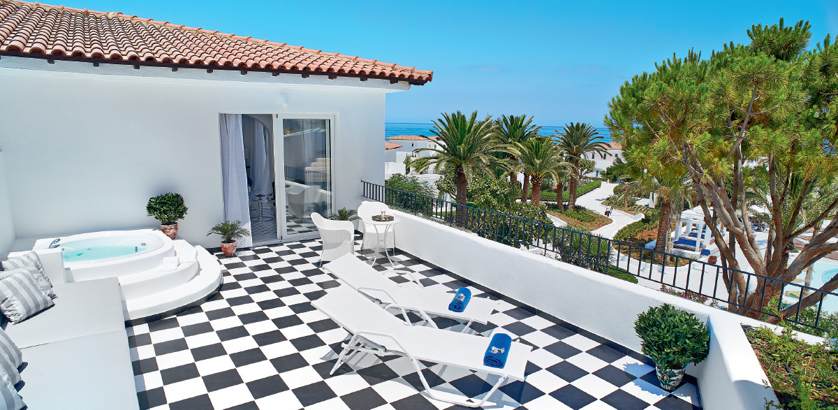 01-caramel-luxury-suite-with-private-outdoor-hydromassage-bathtub-luxury-holidays-in-crete