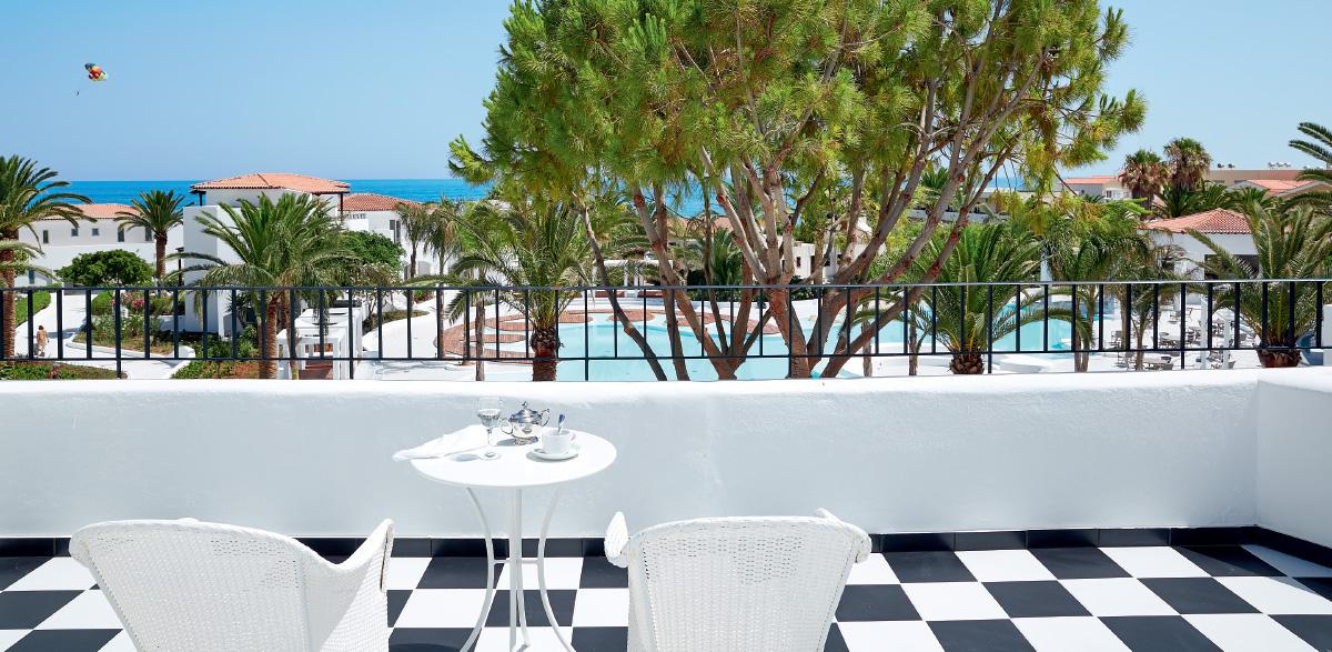 04-caramel-luxury-suite-with-private-outdoor-hydromassage-bathtub-caramel-beach-resort-in-crete
