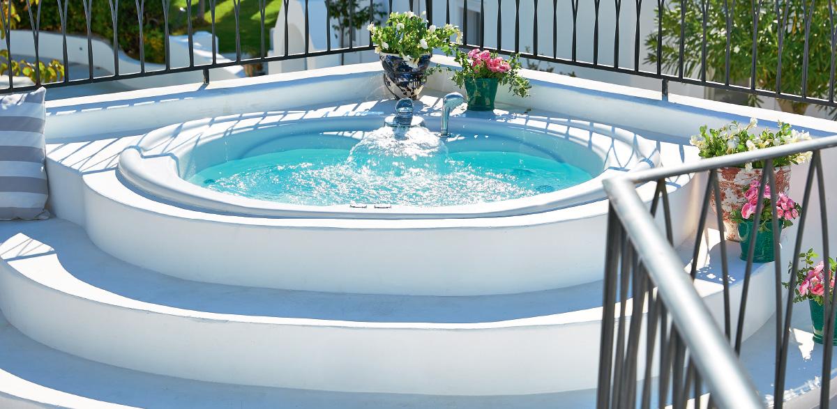 05-caramel-luxury-suite-with-private-outdoor-hydromassage-bathtub-caramel-beach-resort-in-rethymno