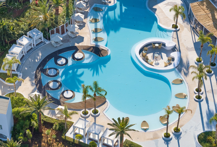 01-all-day-panoramic-confetti-pool-lounges-in-grecotel-caramel-for-laidback-vacation-in-greece