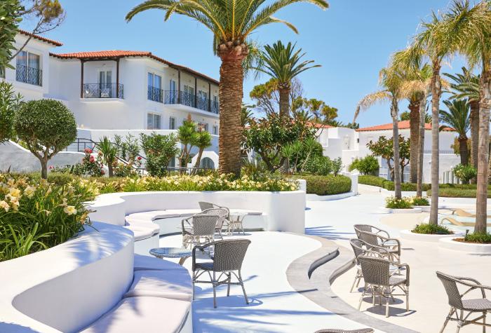 02-al-fresco-lounges-brasserie-by-confetti-pool-grecotel-caramel-resort-in-greece