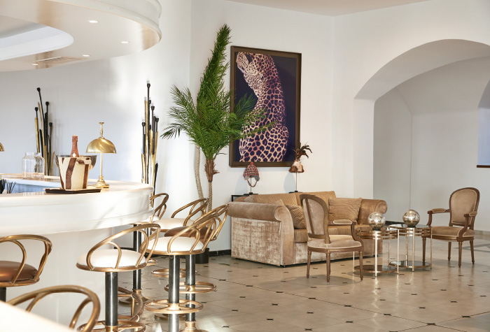 03-panther-indoors-lounge-bar-for-drinks-in-grecotel-caramel-five-star-holidays