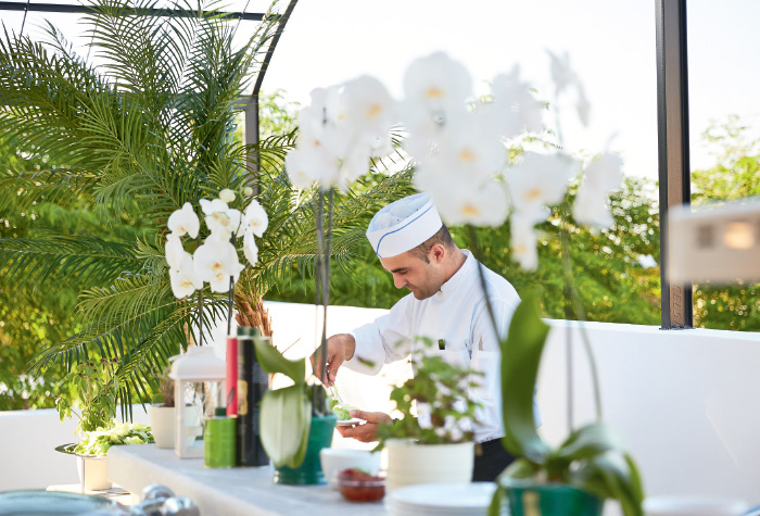 dining-in-caramel-beach-resort-in-crete-greece